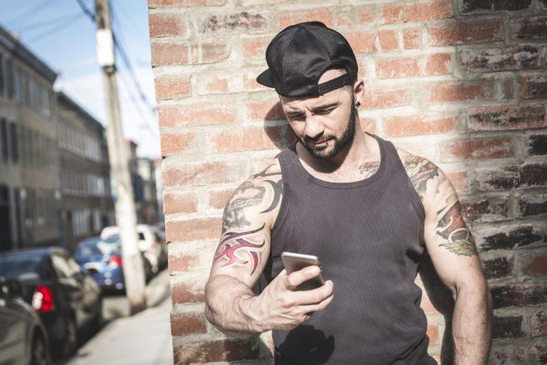homme dans la rue avec smartphone