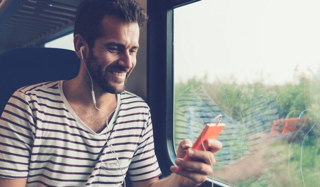 Comment draguer dans les transports avec une appli de rencontre gay