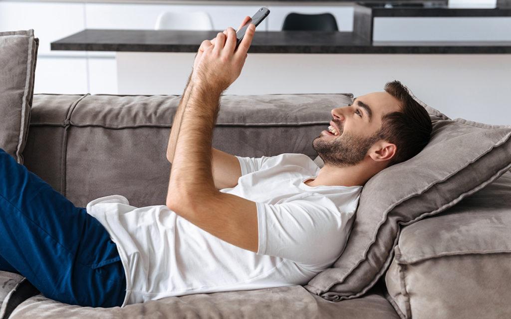 5 façons de relancer une conversation sur une appli gay